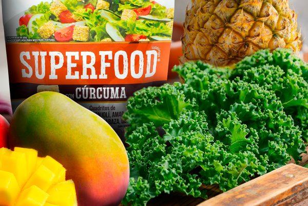 Aprende una nutritiva receta de Kale con mango y piña